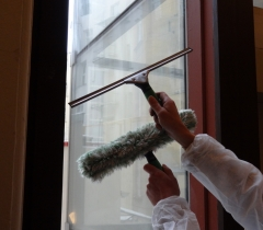 Mytí oken činžovního domu
