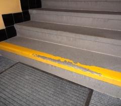 Žulový schod před odstraněním nátěru