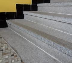 Vyčištěný žulový schod