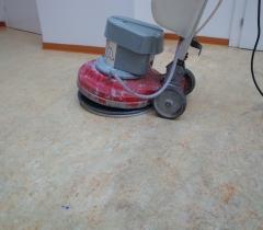 Strojové čištění linolea