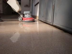 Obrázek - Pryskyřicová průmyslová podlaha hloubkové chemické a mechanické čištění