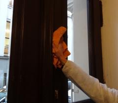 Mytí dveří činžovního domu