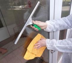 Mytí oken a dveří panelového domu