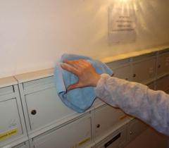 Otírání schránek panelového domu