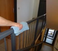 Otření zábradlí v rezidenčním komplexu