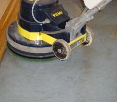 Strojové čištění marmolea