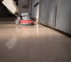 Pryskyřicová průmyslová podlaha - čištění