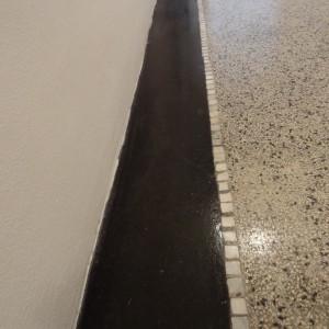 Zvýrazněná černá barva terrazza