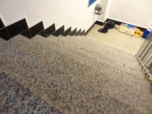 Čištění žulového schodiště