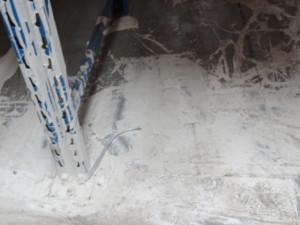Znečištěná betonová podlaha