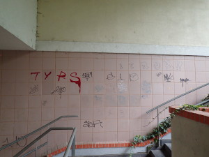 Graffitty znečištěný obklad domu