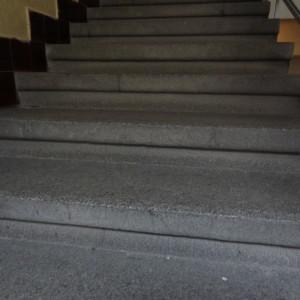 Špinavé žulové schody