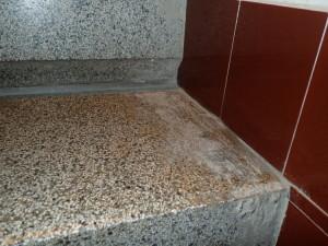 Špinavé terrazzo - zbytky lepidel