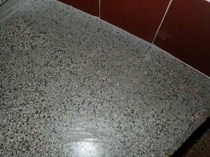 Špinavé terrazzo - zbytky lepidel a cementu