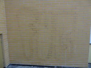 Graffitty znečištěné obložení domu