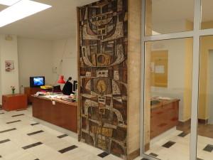 Travertinový sloup a keramická mozaika před renovací