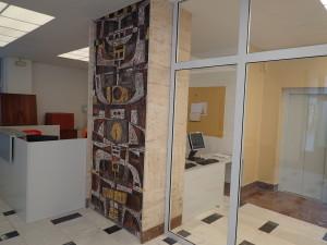 Travertinový sloup a keramická mozaika po renovaci