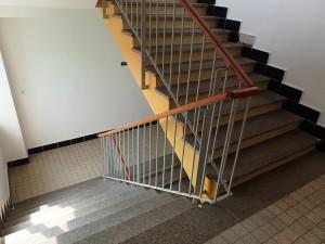 Špinavé žulové schodiště