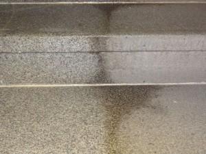 Srovnání čištěných žulových schodů