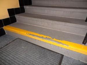 Žulový schod s nátěrem před čištěním
