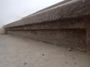 Špinavý povrch žulového schodiště