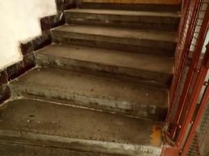Ruční čištění špatně dostupných míst schodu