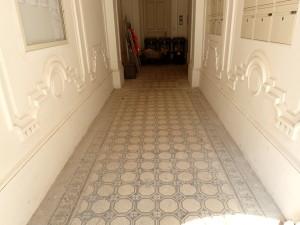 Původní stav dělené keramické dlažby