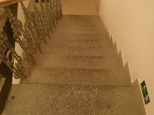 Špinavé žulove schody