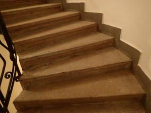 Vyčištěné žulové schodiště