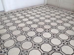 Vyčištěná dělená keramická dlažba