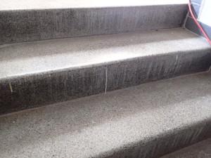 Špinavé terrazzove schodiště
