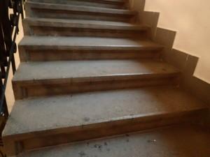 Původní stav žulového schodiště