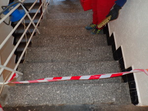Čelní strany schodu se připravují ručně