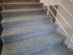 Renovovaný povrch žulových schodu