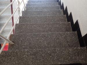 Vyčištěné nášlapnice žulových schodu