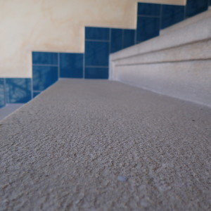 Povrch žulového schodiště před čištěním
