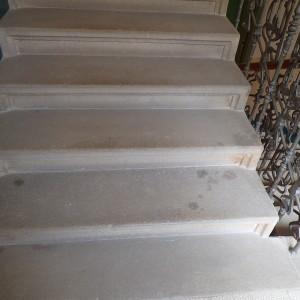 Žulové schodiště před čištěním